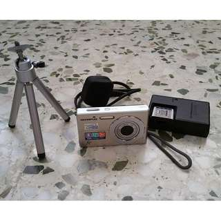 OLYMPUS FE-3000 camera with extra battery, battery charger and mini camera stand
