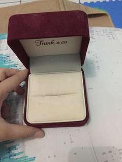 Kotak cincin frank n co masih bagus, cuma logonya pudar