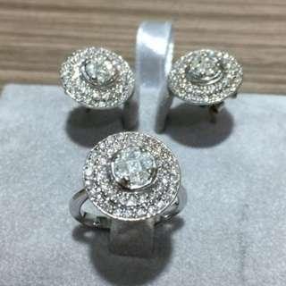 This diamond set 14k Gold