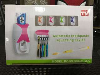 Automatic tooth paste squeezing device