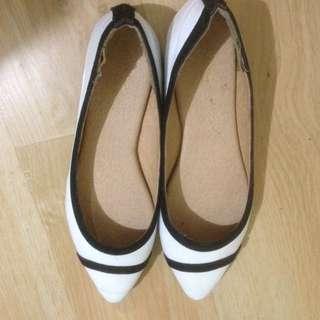 Sepatu putih wanita