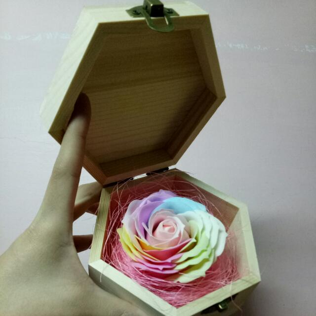 七彩漸層玫瑰香皂花六角木盒