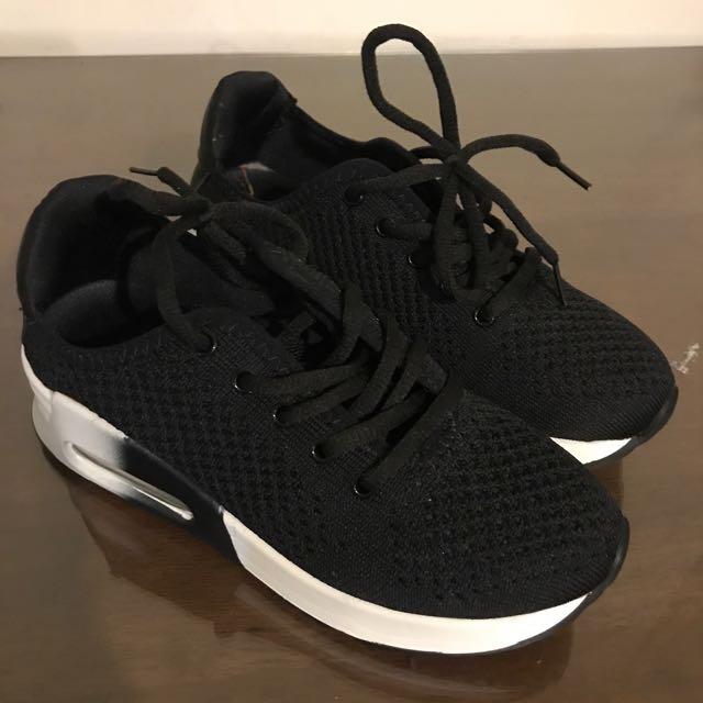 百搭黑色休閒球鞋