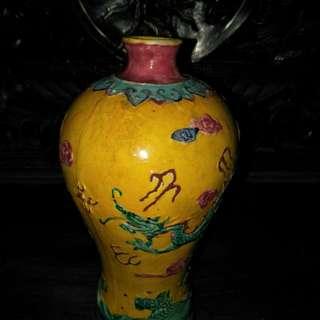 清代乾隆古彩梅瓶(有款)