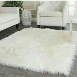 Karpet bulu putih gimbal