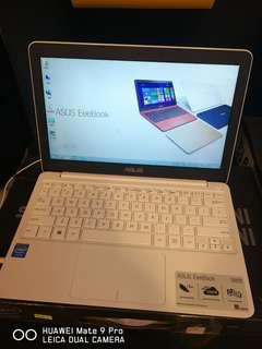 華碩1.1KG電腦。