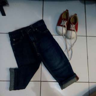 Celana jens & sepatu merah