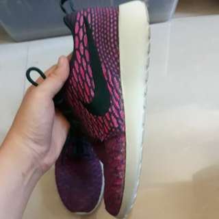 NIKE Roshe One Fly Knit in Berry