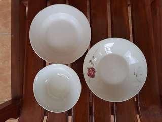Piring keramik motif dan piring plastik warna putih