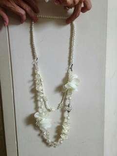 kalung mutiara putih dengan kain bunga panjang