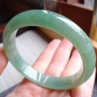 55圈口55.2*11.1*7.0mm特惠,冰糯種果綠寬邊手鐲,打燈存在棉線沒有刮感,編號0226