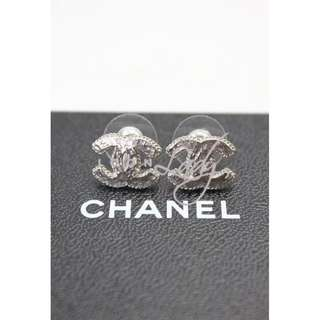 CHANEL A62468 銀色亮面CC Logo 耳環