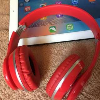 紅色頭戴式耳機