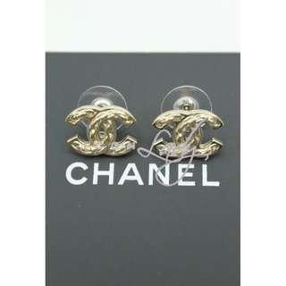 CHANEL A64999 淺金色CC Logo 綴鏈子元素 耳環