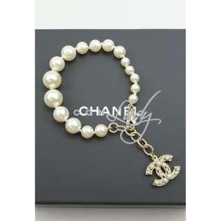 CHANEL A86323 白色琉璃珍珠 吊淺金色嵌珠CC Logo 手鏈