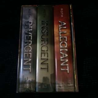 Divergent Trilogy[Hardbound+bonus booklet(The World of Divergent)]