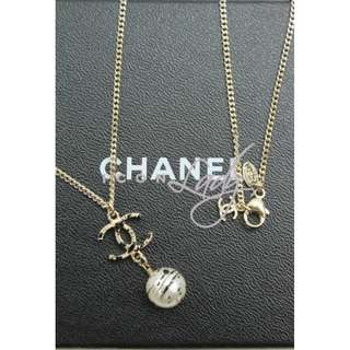 CHANEL A64627 淺金色 CC Logo 吊琉璃珍珠 綴黑色潑墨花紋 長頸鏈