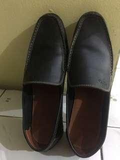 Sepatu pria Lois