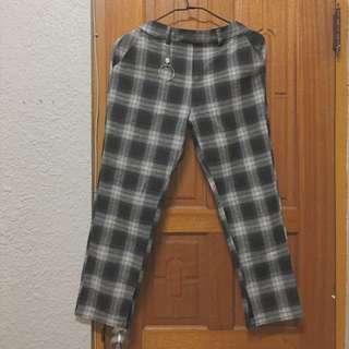 很流行ㄉ格紋褲子