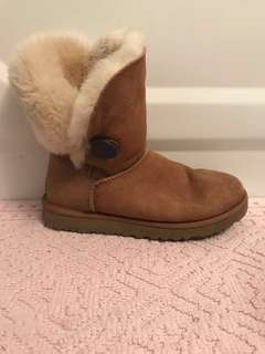 UGG Bailey Button Chesnut sz7