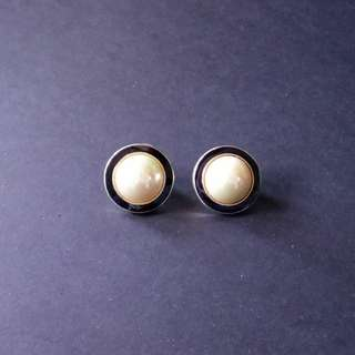 Pearl earrings with black outline