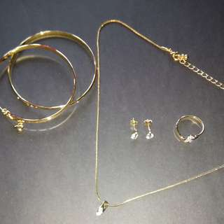 6-pieces jewelry set (2 bangles, 1 necklace, 1 pair of earrings, 1 ring)
