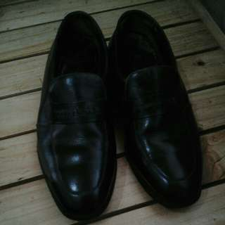 Mens shoes. Used but not abused. Just kept in shoe cabinet. No box. Still good for formal events