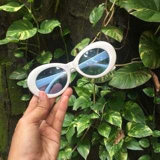 Kacamata Putih / White Sunglasess