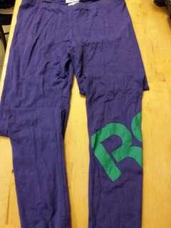 全新 Reebok leggings.  Size M.  洗完放衣櫃, 然後忘記。  未著過。包平郵。