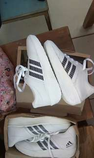 Sepatu adidas warna putih