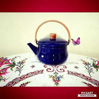 Vintage Cobalt Blue Enamel Kettle with bendwood handle, country-style. Normal-size, not small. Unused & Good Condition, no chip no crack. $35 clearance offer, sms 96337309.