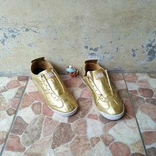 Sepatu Sneaker Onitsuka Tiger bukan Dr Martens adidas