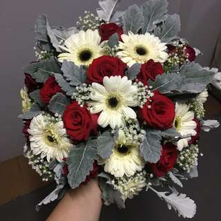 Car Decorations in Gerberas and Roses / Red Roses with Baby Breath and White Daisy / Bridal Car