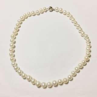 👍🏻白色淡水珍珠頸鏈8-8.8mm,珠面光滑好少珠紋,微旦形,部分近圓形,整條珠鏈大小均勻,配銀扣,長度約44cm。