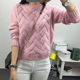 Po: pink weaved winter knitted sweater