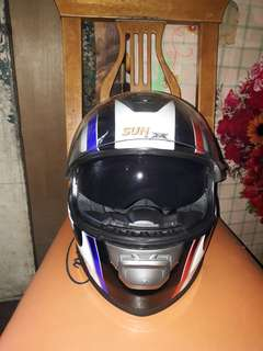 Motorcycle helmet with sunvisor