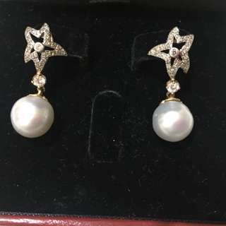 Gold dangling earrings with diamond and south sea pearl