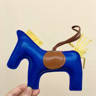 Gantungan tas kuda biru
