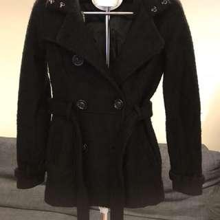B區:黑色雙排扣連帽合身大衣