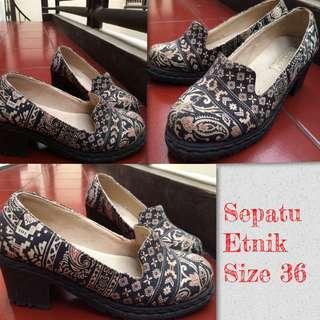 Sepatu Etnik Vintage