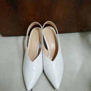 🚚 徵GU尖頭白鞋39號(或類似款)