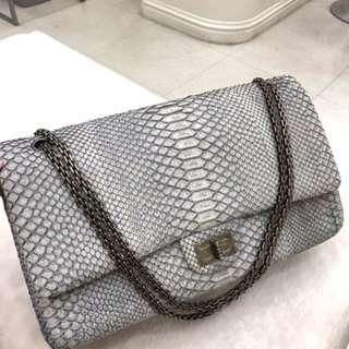 Chanel 特殊蛇皮雙蓋限量烏黑扣 ,原價近7萬,現在一個普皮價走,基本無瑕新同