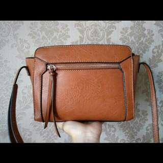 Stradivarius slingbag