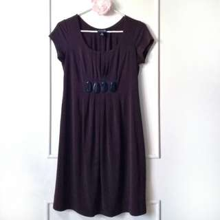 SHORT-SLEEVED MATERNITY DRESS WITH ACCENTS (CAPPUCCINO BROWN)