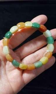天然翡翠東菱玉手鏈,色澤艷麗、款式新穎,$250。