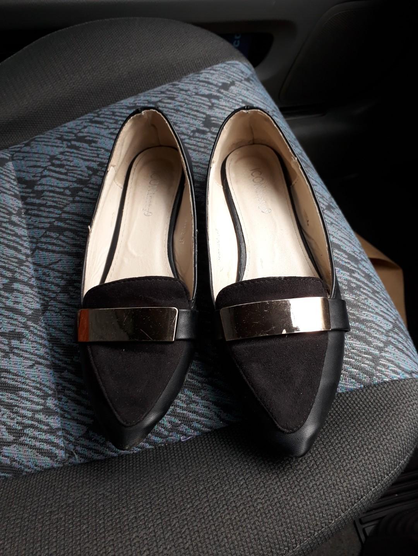 Flat shoes Icon99. Masih bagusss. Branded n awet. Mewah di pake.