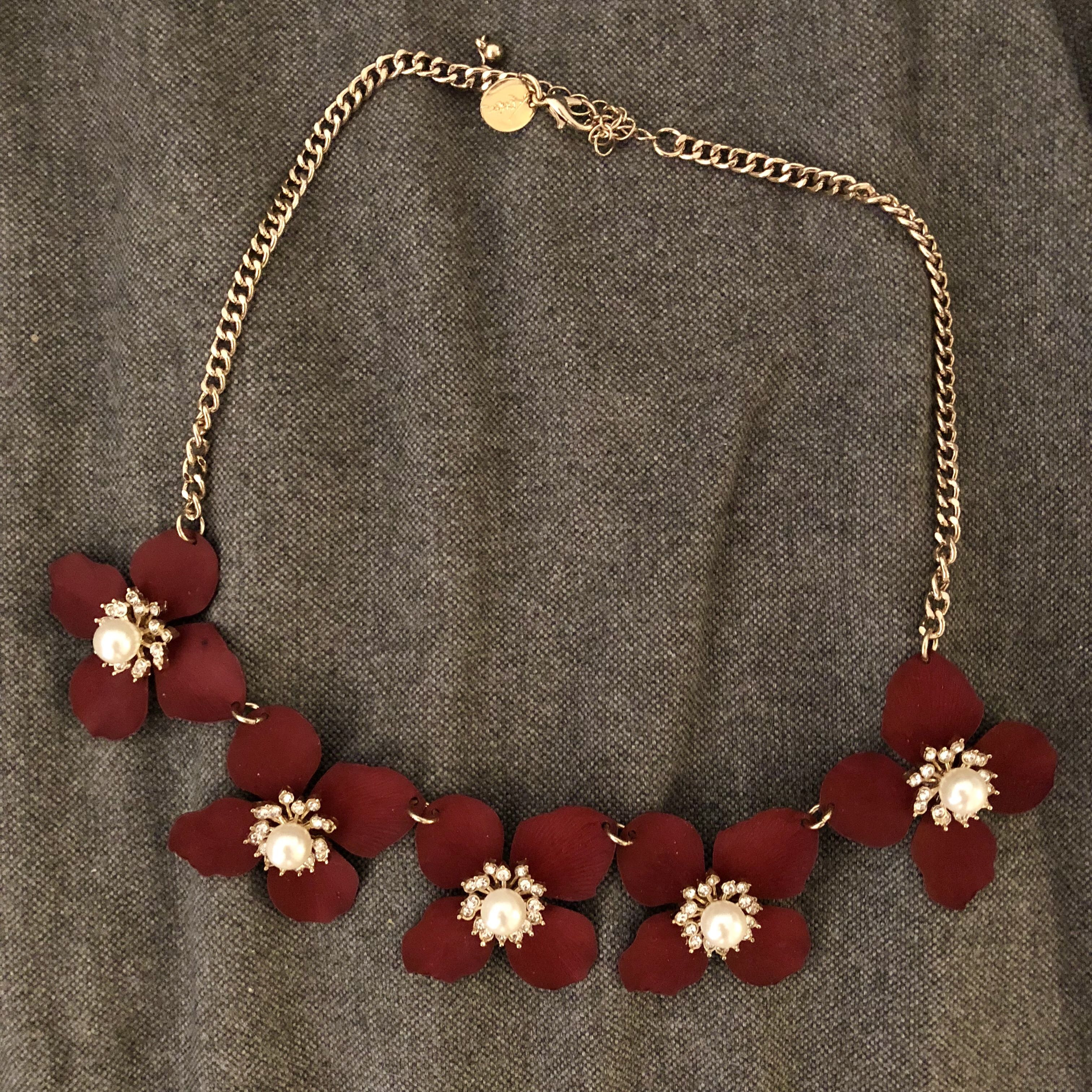 Lovisa flower with faux pearl necklace maroon