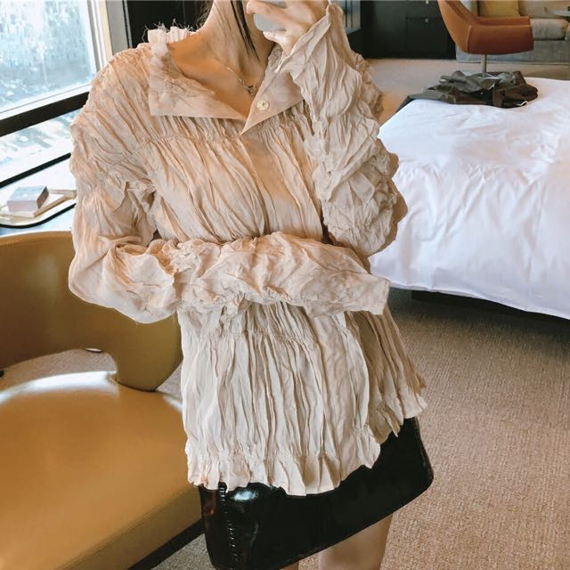 Shirt with wrinkles/pleats