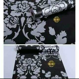 Wallpaper bunga biru dasar hitam