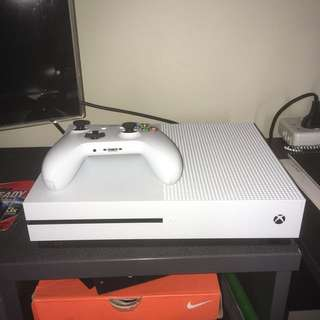 WANT TO TRADE XBOX ONE 500GB FOR PS4